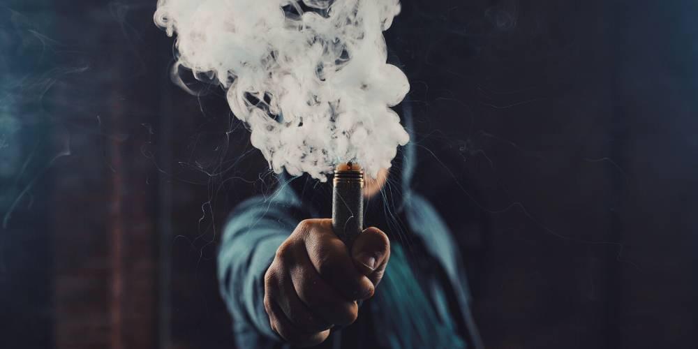 Dampfende E-Zigarette